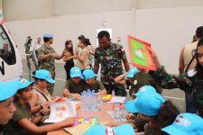 Satgas TNI Bantu Anak Yatim dari Tentara Lebanon - JPNN.com