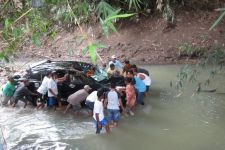 Duuh, Mobil Rombongan Tamu Pengantin Terjun ke Sungai - JPNN.com