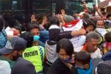 Berebut Sembako dari Jokowi, Ibu Hamil Jatuh di Tengah Kerumunan - JPNN.com