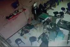 Terekam CCTV, Bapak yang Membawa Anak Ini Nekat Mencuri Ponsel - JPNN.com