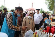 Mensos Risma Nge-Vlog Promosikan Madu Karang Taruna Aceh - JPNN.com