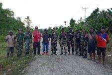 Satgas TNI Bersama Aparat Desa dan Masyarakat Gelar Kerja Bakti - JPNN.com