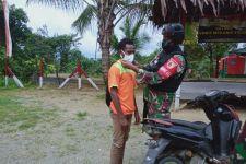 TNI Membagikan Masker untuk Warga di Perbatasan RI-PNG - JPNN.com