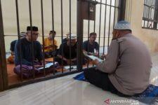 Aipda Ismail Mengajari Tahanan Mengaji - JPNN.com