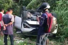 3 Mobil Toyota Terlibat Kecelakaan, Rush Terbalik, Fortuner Masuk Selokan - JPNN.com