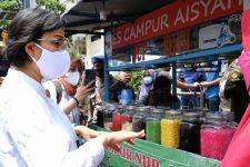 Sri Mulyani Membungkuk di Depan Seorang Ibu, Terus Tertawa, Ternyata Ini Kejadiannya - JPNN.com