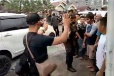 Polisi Diadang dan Dilempari Batu saat Gerebek Rumah Bandar Narkoba - JPNN.com