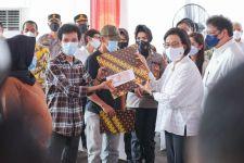 Sri Mulyani Bagikan Bantuan Tunai Bagi PKL-Warung di Medan - JPNN.com