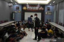 Polisi Gerebek Kafe, Seorang DJ Tiba-Tiba Lompat dari Lantai 3, Bruukkk - JPNN.com