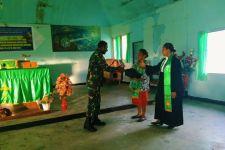 Satgas Yonif RK 751/VJS Bagikan Alkitab di Kabupaten Yahukimo - JPNN.com