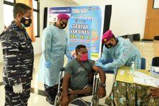 TNI AL Peduli Berbagi Vaksinasi Kepada Para Atlet Peparnas Papua - JPNN.com