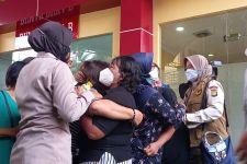 2 Perempuan Menangis saat Peti Jenazah Chendra Dimasukkan ke Ambulans, Mengharukan - JPNN.com