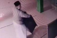 Pria Ini Terekam CCTV Gasak Kotak Amal, Pakai Modus Baru, Kok Sebegitunya - JPNN.com