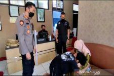 Seorang Anak Bersujud di Kantor Polisi Usai Aniaya Ibu Kandung, Lihat - JPNN.com