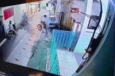 Lihat, 4 Pria Ini Terekam CCTV Mencuri Dua Motor Sekaligus, Videonya Viral - JPNN.com