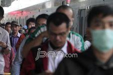 Stasiun Manggarai Masih Ramai, Aturan PSBB Diabaikan - JPNN.com