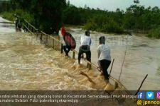 Martapura Diterjang Banjir, Jembatan Terancam Putus - JPNN.com