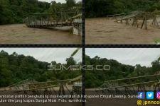 Jembatan Ponton Penghubung Putus, Warga Kecamatan Paiker Terisolir - JPNN.com