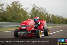 Pembalap Cantik Ini Sukses Tunggangi Mobil Pemotong Rumput Tercepat di Dunia - JPNN.com