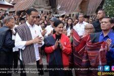 Kunjungi Kampung Ulos Hutaraja, Jokowi Langsung Sampaikan Perintah untuk Basuki - JPNN.com