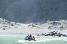 Puluhan Turis Tak Diketahui Nasibnya Pascaletusan Gunung White Island - JPNN.com