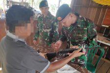 Warga Pendatang Serahkan Senjata Api Ruger Kepada Prajurit TNI - JPNN.com