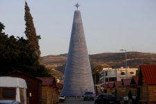 Pohon Natal Raksasa dari Botol Plastik Menyala Terang di Lebanon - JPNN.com