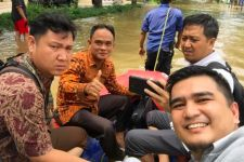 Dikepung Banjir, Hakim dan Jaksa KPK Tetap ke Pengadilan dengan Perahu Karet - JPNN.com
