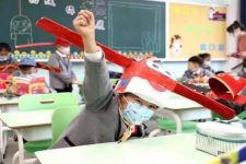 Kreatif, Siswa SD Rancang Topi Kaisar untuk Mendukung Social Distancing - JPNN.com