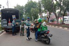 Polisi Militer Lantamal III Berbagi Takjil untuk Masyarakat yang Melintas di Sini - JPNN.com