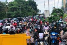Protes Warga di Bundaran Waru: Tertibkan Kantornya, Jangan Jalannya - JPNN.com Jatim