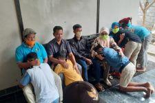 6Pelajar Bersimpuh Meminta Maaf kepada Orang Tua di Kantor Polisi, Ternyata Ini Penyebabnya - JPNN.com