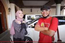 Sambil Memeluk Sule, Putri Delina Semringah Diberi Hadiah Mobil - JPNN.com