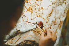 Peringati Hari Batik Nasional, Khofifah: Beli Batik Asli, Jangan yang Printing - JPNN.com Jatim