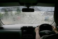 Tiga Langkah Berkendara Aman dan Nyaman Saat Hujan - JPNN.com