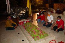 15 Menit Ganjar Duduk dan Tertunduk di Samping Makam Bung Karno - JPNN.com