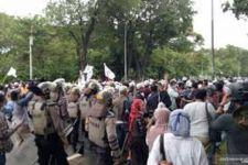 Berusaha Melawan Polisi Saat Akan Dibubarkan, 155 Massa Aksi 1812 Ditangkap - JPNN.com