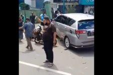Mobil Seorang Polisi Hilang Kendali, 4 Kendaraan Kena Tabrak, 1 Perempuan Meninggal - JPNN.com