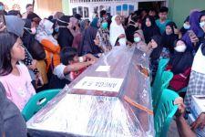 Isak Tangis Keluarga Iringi Pemakaman Jenazah Angga Fernanda, Korban Kecelakaan Sriwijaya Air SJ-182 - JPNN.com