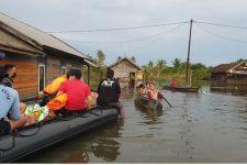 Prajurit TNI AL Rela Melewati Rintangan Demi Bantu Warga Terdampak Banjir - JPNN.com