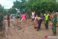 Polisi dan TNI Langsung Turun Bersihkan Lokasi Banjir di Dompu - JPNN.com