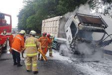 Truk Pengangkut Batu Bara Ludes Terbakar di Tol Lingkar Luar, Ini Penyebabnya - JPNN.com