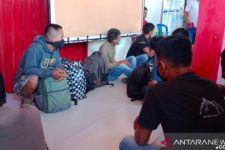 Polisi Gerebek Rumah Mencurigakan itu, Isinya Satu Wanita, 11 Pria - JPNN.com