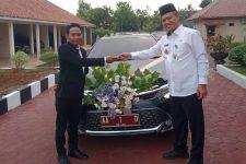 Sepasang Pengantin di Kebumen Terharu Naik Mobil Dinas Bupati - JPNN.com