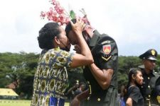 Tangis Haru Mewarnai Pelantikan 1.000 Bintara Orang Asli Papua - JPNN.com