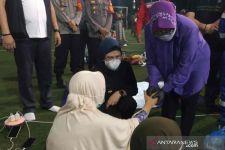 Bu Risma Pijat Pengungsi Korban Kebakarang Kilang Balongan, Matanya Berkaca-kaca, Sedih - JPNN.com
