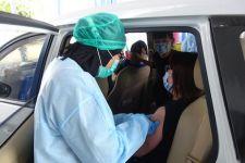 Ratusan Guru dan Lansia Ikut Vaksinasi Covid-19 Drive Thru di Pulomas - JPNN.com