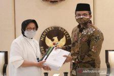 Abdul Latif Imron Serahkan Berkas Gelar Pahlawan Nasional Syaichona Kholil kepada Risma - JPNN.com