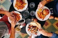 Kebijakan Makan di Tempat 20 Menit Bahaya atau Tidak? Begini Penjelasan Dokter - JPNN.com