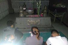 Berziarah ke Makam Sunan Ampel, Wanita Emas Bilang Begini - JPNN.com